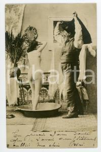 1902 VINTAGE EROTIC Old man looking at nude girl who washes herself - Postcard