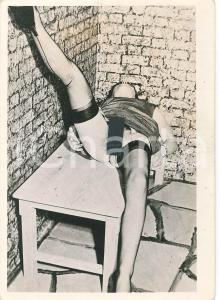 1950 ca EROTICA VINTAGE Nude woman lying on a table - Photo 9x12 cm