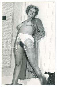1950 ca EROTICA VINTAGE Nude housewife with stockings - Photo