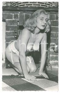 1950 ca EROTICA VINTAGE Woman in topless near a fireplace - Photo
